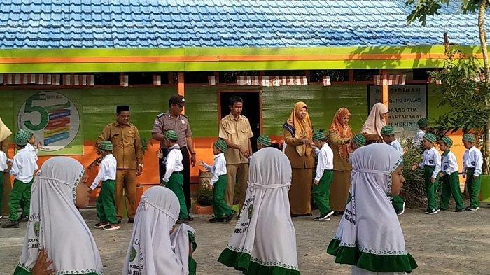 Program HSU Panas Membara (Peduli Anak Sekolah Memberikan Bimbingan dan Arahan)dilaksanakan Polsek Amuntai Selatan diMadrasah Ibtidaiyah Mambaul Ulum