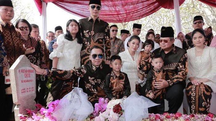 Keluarga Yudhoyono Berziarah ke Makam Ani Yudhoyono Berpakaian Batik dan Bawakan Bunga Spesial