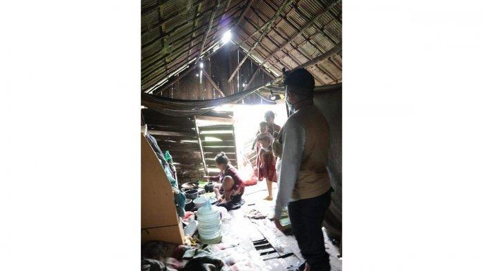 YBM PT PLN (Persero) UIKL Kalimantan Bedah Rumah Perempuan Pencari Kayu Galam di Lianganggang