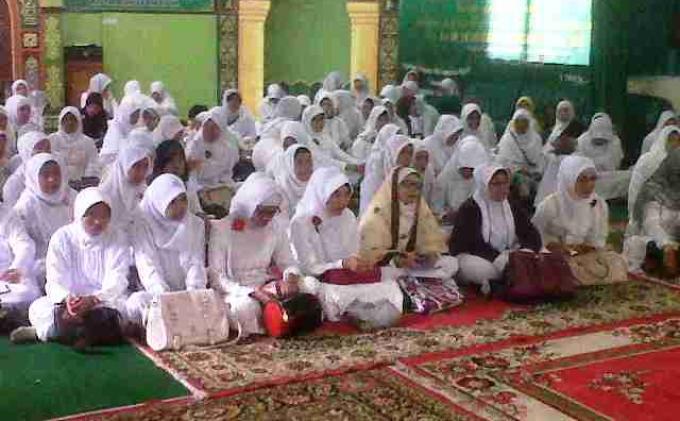 Para kepsek dan guru IGRA ketika melaksanakan rapat sekaligus peringatan maulid, Kamis (16/1/2014).