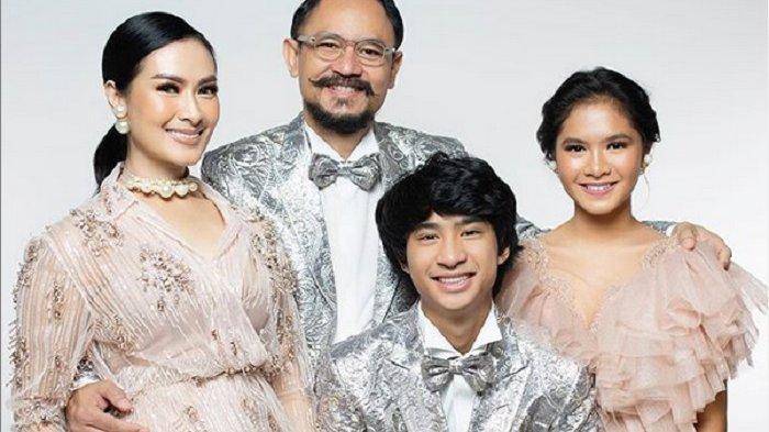 Iis Dahlia dan suami bersama anak-anak mereka Devano Danendra dan Juwita Salsadhilla.