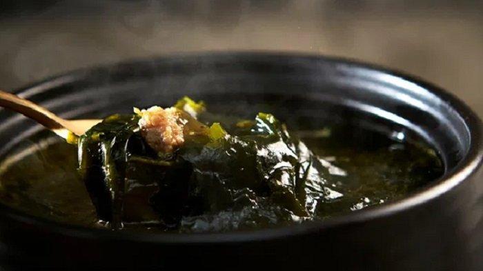 Ilustrasi Miyeok Guk atau sup rumput laut khas Korea.