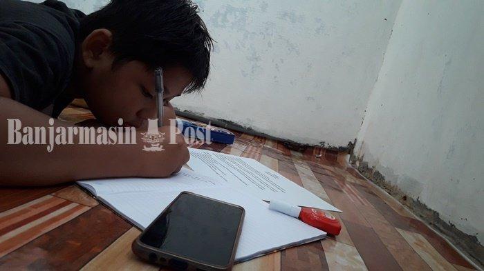 ILUSTRASI - Seorang anak sedang belajar secara daring di Kota Banjarmasin, Kalimantan Selatan, didukung  kuota internet murah.