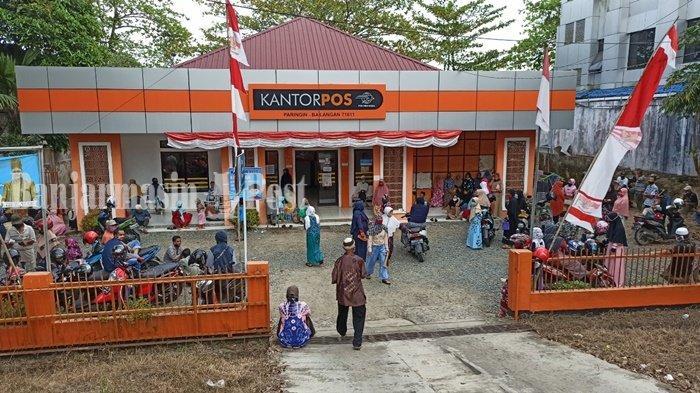 ILUSTRASI - Sejumlah warga yang mendapatkan dana Bantuan Sosial Tunai dari Kemensos RI mendatangi Kantor Pos Paringin, Kabupaten Balangan, Kalimantan Selatan, Agustus 2020.