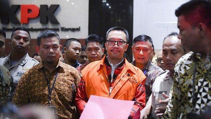 Mantan Menteri Pemuda dan Olahraga Imam Nahrawi (tengah) mengenakan rompi orange usai menjalani pemeriksaan di Gedung KPK Jakarta, Jumat, (27/9/2019). Imam Nahrawi ditahan KPK dalam kasus dugaan suap dana hibah dari pemerintah terhadap KONI melalui Kemenpora.