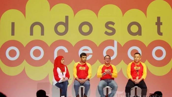 Direktur Utama & CEO Indosat Ooredoo Alexander Rusli (tengah) bersama Direktur & Chief Sales and Distribution Officer Indosat Ooreedoo Joy Wahyudi (kanan) dan Chief New Business & Innovation Officer Indosat Ooredoo Prashant Gokarn (kiri) meluncurkan logo baru Indosat Ooredoo di Gedung Indosat, Jakarta Pusat, Kamis (19/11/2015).