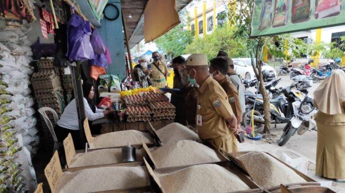 Asisten II memantau harga bapokting, terjadi inflasi di Kotabaru 0,22 persen.