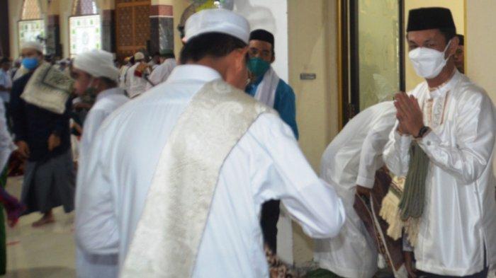 Masyarakat Diharapkan tak Berjabat Tangan, Wabup Batola Shalat Id di Mesjid Agung Al-Anwar