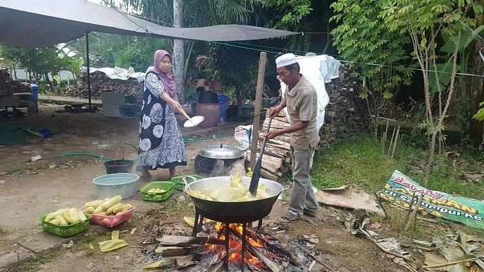 Siapkan 6000 Porsi Makanan, Rest Areal Masjid Tajul Qura Sajikan Lauk Daging dan Jagung Rebus