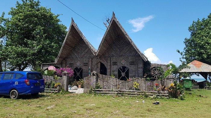ETNIK -Inilah bangunan berdesain etnik yang menjadi ciri khas Pantai Turki di Desa Swarangan, Kecamatan Jorong.