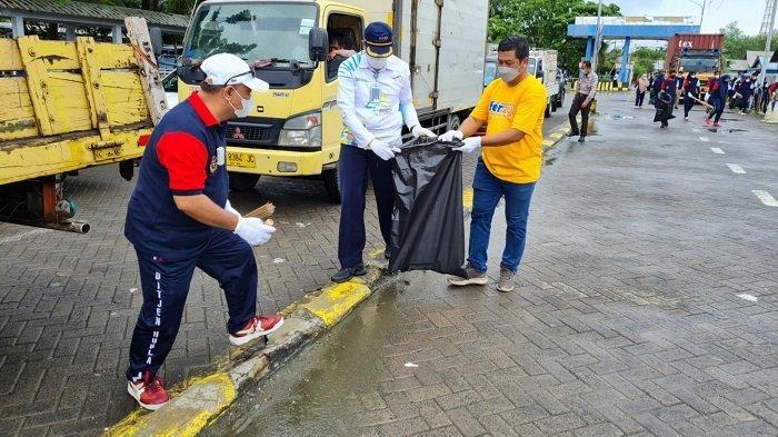 Sambut Hari Perhubungan Nasional, Insan Perhubungan di Tanbu Bersih-bersih Pelabuhan dan Laut