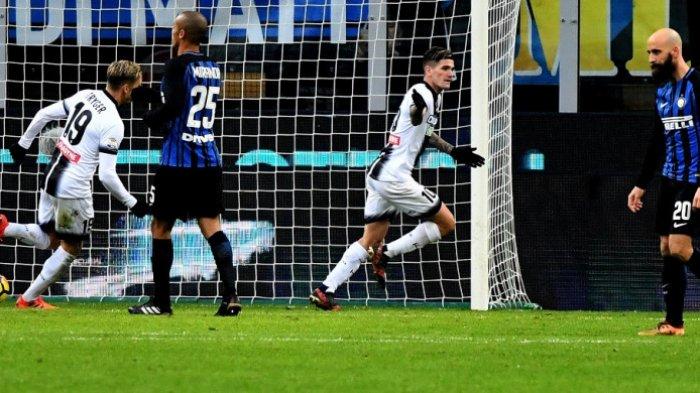Rodrigo De Paul mencetak gol Udinese ke gawnag Inter Milan pada laga Liga Italia di Stadion Giuseppe Meazza, Sabtu (16/12/2017).