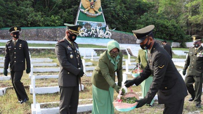 Jelang HUT ke-75 TNI, Dandim Rantau Tabur Bunga di TMP Pusparaya Lokpaikat