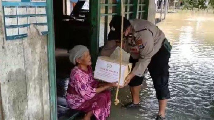 Polsek Karang Bintang dan Bhayangkari Bagikan Bantuan  untuk Korban Banjir Tanahbumbu