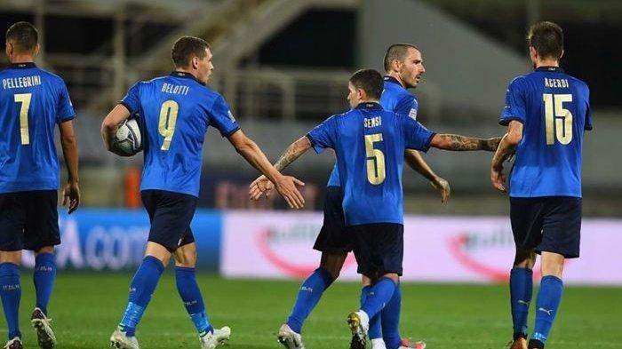 Para pemain timnas Italia menyambut gol Stefano Sensi ke gawang Bosnia dan Herzegovina dalam laga yang berkesudahan 1-1 pada UEFA Nations League, Sabtu (5/9/2020) dini hari.