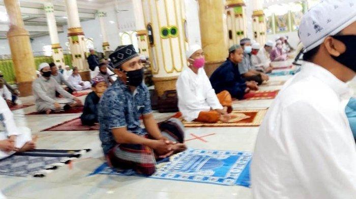Warga Rantau melaksanakan salat Idul Adha berjarak di Masjid Baiturrahmah, Kelurahan Rantau Kanan, Kecamatan Tapin Utara, Kabupaten Tapin, Provinsi Kalimantan Selatan, Jumat (31/7/2020).