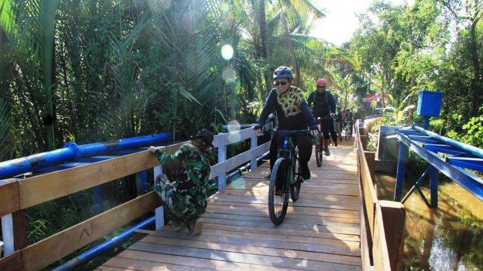 Wali Kota Banjarmasin Bersama Komunitas Gowes, Sambangi Personel TNI di TMMD