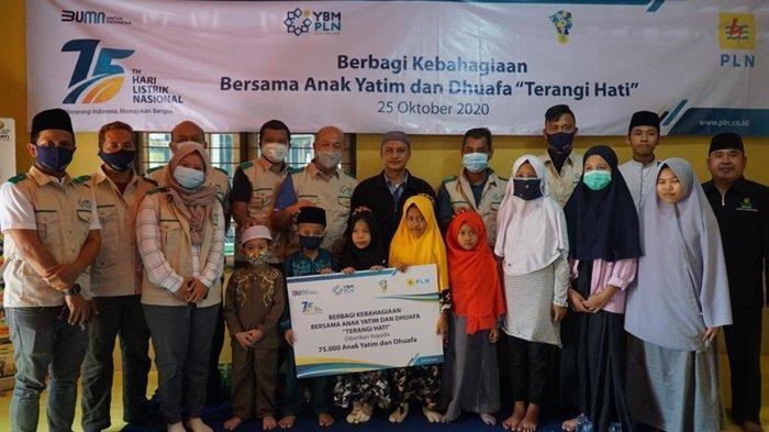 Jajaran YBM PLN UIP Kalbagteng dan PLN Peduli UIP Kalbagteng membagikan santunan kepada anak yatim duafa.