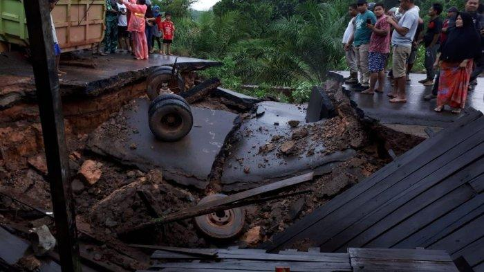 BREAKING NEWS - Jalan Trans Kalimantan Sampit - Pangkalanbun Putus, Ratusan Kendaraan Tertahan