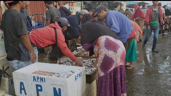 Pedagang di Pasar Ikan Banua Lima Kabupaten HSU Ini Keluhkan Tak Ada Tempat Berteduh