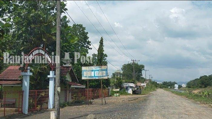 Jalan di tepian Irigasi Riam Kanan, kawasan wisata kuliner, lesehan tambak ikan Bincau, Kota Martapura, Kabupaten Banjar, Provinsi Kalimantan Selatan.