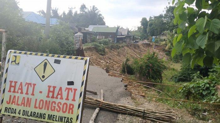Jalan Dibiarkan Amblas Sejak 1 Juni 2019, Warga Hapingin HST Khawatir Rumahnya Juga Ikut Amblas