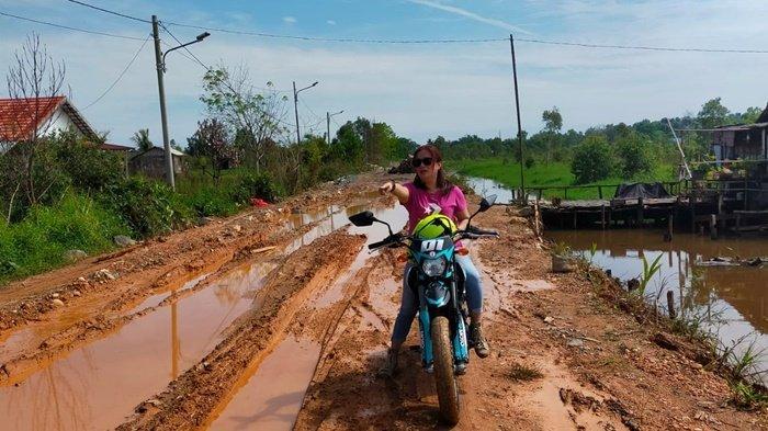 Pakai Trail, Anggota DPRD Banjarbaru Ini Buktikan Keluhan Jalan Rusak Parah di Tambak Buluh