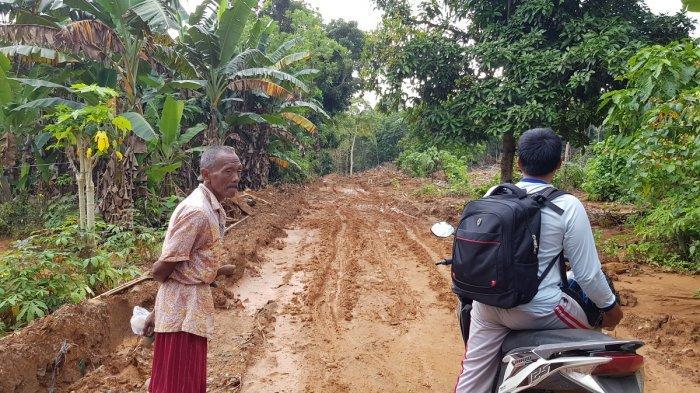 Jalan Tembus Panggungbaru-Tungkaran Tanahlaut Masih Tertimbun Longsoran Tanah