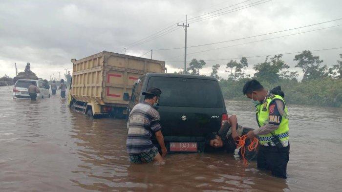 Banjir Kalteng, Jalur Palangkaraya-Buntok Ditutup,  Mobil dan Truk Terjebak di Jalan Rusak