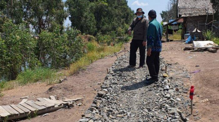 Jalan usaha tani dalam proses pengerasan di Desa Tanipah, Kecamatan Mandastana