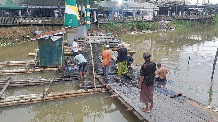 Bikin Jembatan Alternatif ke Wali Lima, Warga Tunggul Irang Rakit Jamban Apung di Sungai Martapura