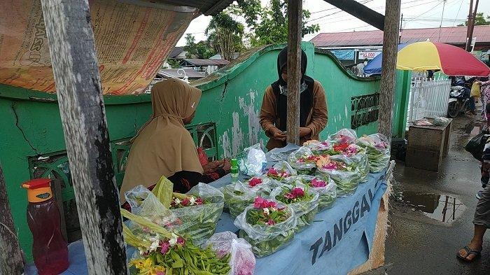 Jelang 1 Ramadhan 1442 H pedagang bunga di Banjarbaru panen rezeki. Bunga untuk ditabur di makam pun laris manis.