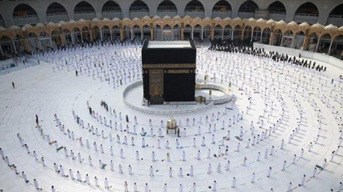 Jemaah Haji di depan kabah.