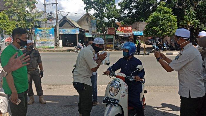 Salat Jumat PascaPSBB Banjar, Jemaah Disambut Petugas Gabungan di Pintu Gerbang Masjid Al Karomah