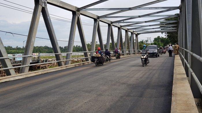 Pengendara dari dua arah melintas lancar di jembatan Tabanio 2 di Pabahanan. Selasa (4/5) pagi jembatan vital ini diujicoba dan dibuka untuk umum oleh Bupati Tala HM Sukamta didampingi Forkominda dan pejabat teknis terkait.