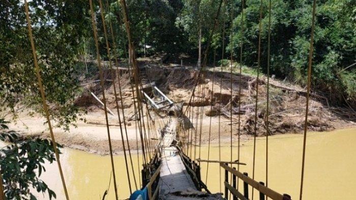 Jembatan Gantung Putus Diterjang Banjir Kalsel, Warga Haliau HST Milirkan Karet Pakai Rakit Bambu