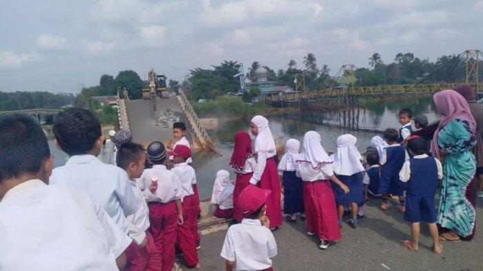 Pembongkaran Jembatan Mandastana Batola Jadi Tontonan Warga, Kades Bangkit Baru Minta Area Dipagari