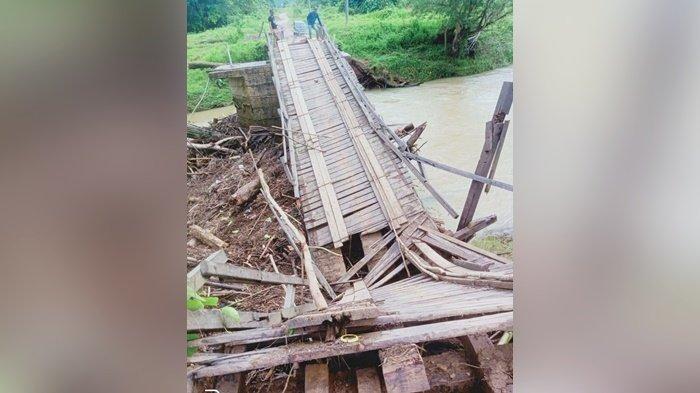 Jembatan putus akibat terjangan arus air sungai di Dusung Batuharang, Desa Mantewe RT 17, Kecamatan Mantewe, Kabupaten Tanah Bumbu (Tanbu), Provinsi Kalimantan Selatan (Kalsel), Minggu (29/8/2021).