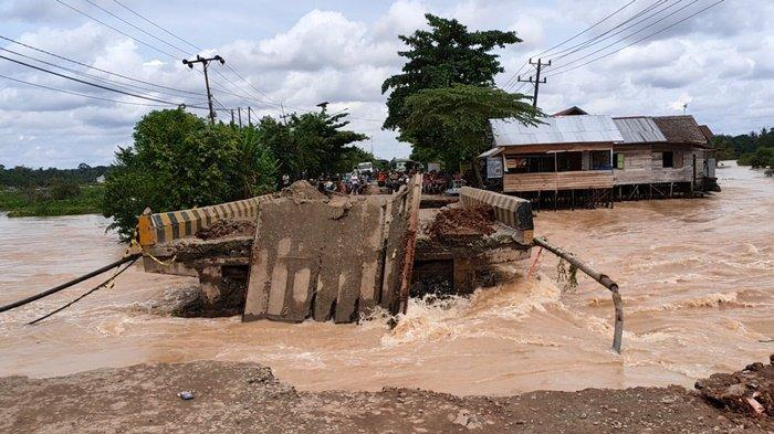 Jembatan putus di jalur Jalan Trans Kalimantan, terletak di perbatasan antara Desa Bawahan Pasar Kecamatan Mataraman dan Desa Banua Anyar Danau Salak Kecamatan Astambul, Kabupaten Banjar, Provinsi Kalimantan Selatan, Minggu (17/1/2021).