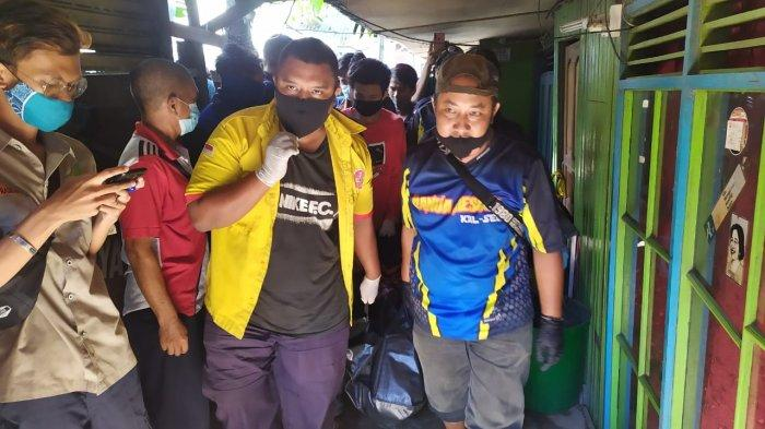 Jenazah Dony Setiawan saat ditemukan di kontrakan di Jalan Barito Hilir Gang H Ruslan, Kelurahan Telaga Biru, Banjarmasin, Sabtu (7/5/2021) siang.