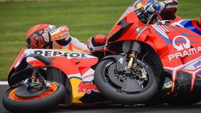 Jorge Martin dan Marc Marquez bersenggolan di Tikungan 8 Sirkuit Silverstone pada gelaran MotoGP Inggris 2021 Minggu (29/8/2021)