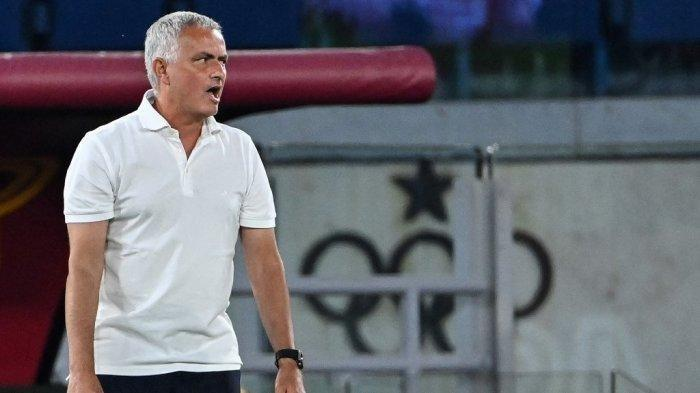 Pelatih AS Roma asal Portugal Jose Mourinho bereaksi selama pertandingan sepak bola Serie A Italia antara AS vs Fiorentina di stadion Olimpiade di Roma, pada 22 Agustus 2021.