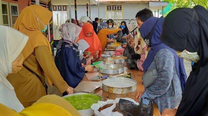 Tak DIizinkan Berjualan di Pasar, Pedagang Kuliner KarisikHST Pilih Buka Lapak di Pinggir Jalan