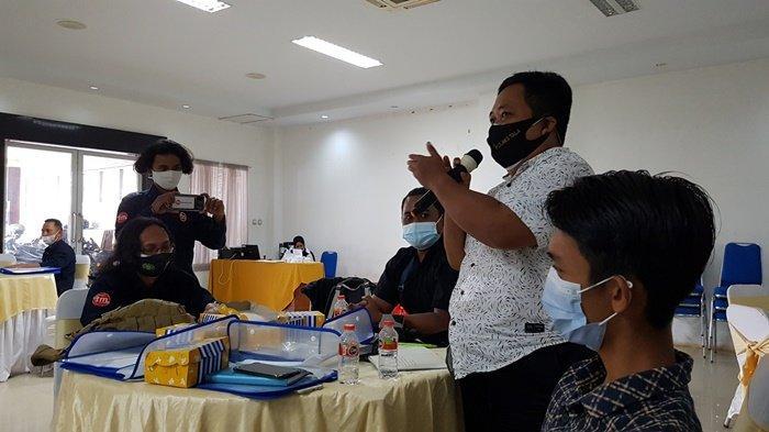 Jurnalis, Ardiansyah, sharing ihwal peredaran narkoba pada Workshop Penguatan Kapasitas Insan Media untuk Mendukung Kota Tanggap Ancaman Narkoba di aula hotel di kawasan Jalan KH Mansyur, Kota Pelaihari, Kabupaten Tanah Laut (Tala), Provinsi Kalimantan Selatan, Kamis (8/7/2021.