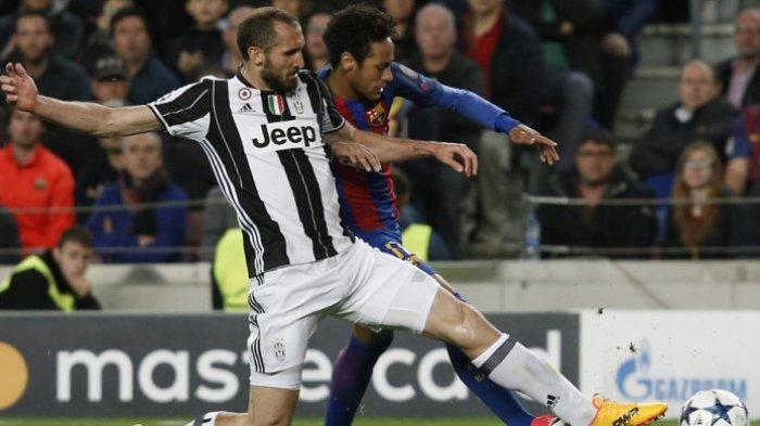 Aksi bek Juventus, Giorgio Chiellini (kiri), berduel berebut bola dengan striker FC Barcelona, Neymar Junior, dalam pertandingan leg 2 perempat final Liga Champions 2016-2017 di Stadion Camp Nou, Barcelona, Spanyol, pada 19 April 2017.