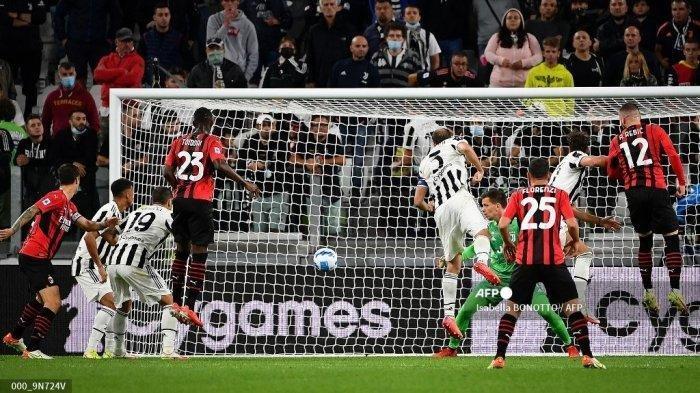 Pemain depan AC Milan Kroasia Ante Rebic (kanan) mencetak gol selama pertandingan sepak bola Serie A Italia antara Juventus dan AC Milan di stadion Juventus di Turin, pada 19 September 2021.