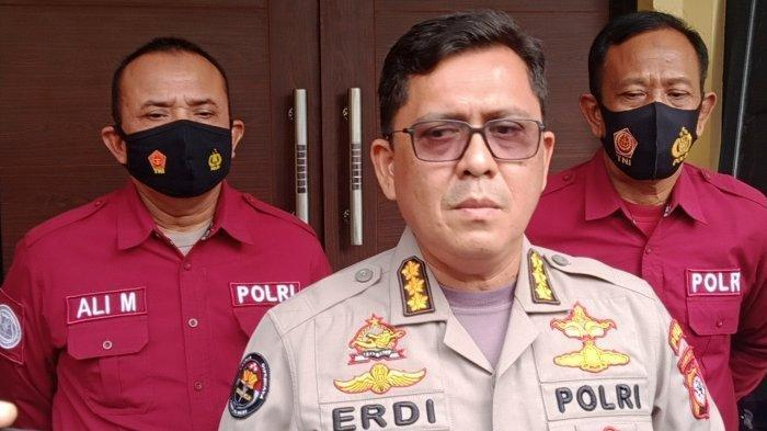 Kabid Humas Polda Jabar, Kombes Erdi A Chaniago memberikan keterangan mengenai seorang Kapolsek di Polrestabes Bandung dan belasan anggota polisi pos