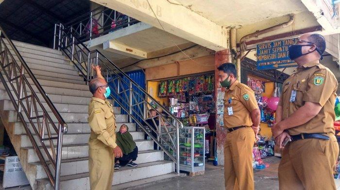 Kadisperindag Tabalong Husin Ansari bersama jajarannya saat meninjau pasar tanjung beberapa waktu lalu.