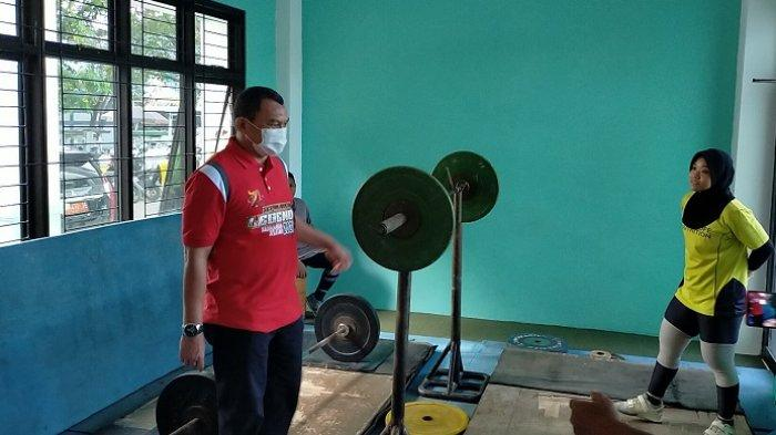 Pantau Latihan Atlet Angkat Besi PON Papua, Kadispora Kalsel Beri Semangat Agar Terus Berlatih