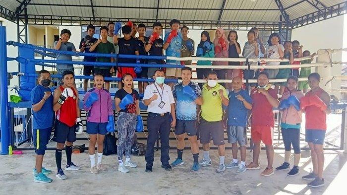 Kepala Dispora Hermansyah Kunjungi Tempat Petinju PON Kalsel Berlatih untuk Beri Semangat